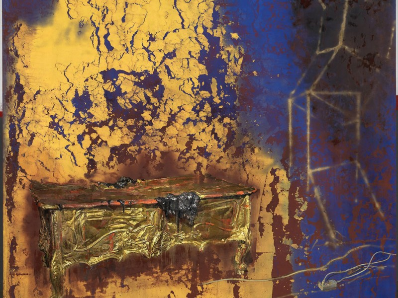 Mesa de oro bajo un haz de luz fragmentado