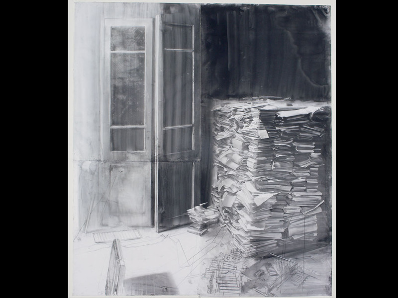 Puerta gris y mancha de agua